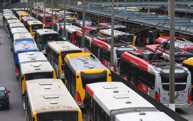 Paralisação de ônibus no Parque Dom Pedro II, região central de São Paulo, na manhã desta quarta-feira (5)