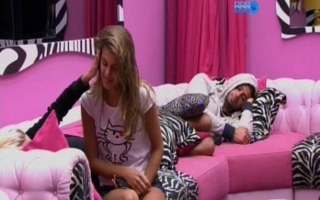 Após briga, Angela se isola e ignora Marcelo