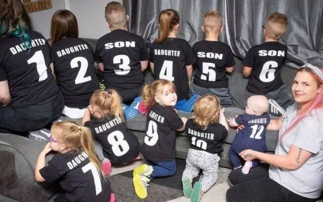 Nicole fez até camisetas numeradas para seus filhos, para que ela possa acompanhá-los