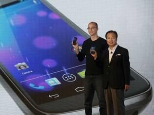 Andy Rubin, do Google, e J.K. Shin, da Samsung, apresentam o Galaxy Nexus, primeiro smartphone com o sistema Android 4.0