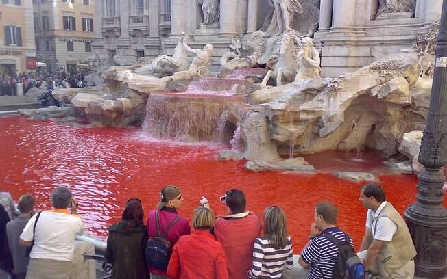 A foto, de 2007, mostra a primeira vez que o artista Graziano Cecchini tingiu de vermelho as águas da Fontana di Trevi