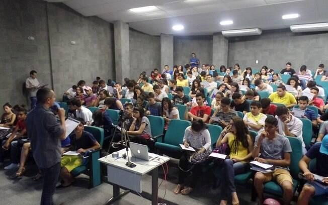 Alunos do projeto Enem não Tira Férias participando de um dos aulões promovidos no Centro de Educação a Distância do Ceará