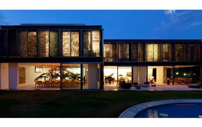 O que chama atenção na casa de 1.092 m², projetada pelos Jacobsen e localizada na Barra da Tijuca, são as tábuas de madeiras carbonizadas nas fachadas