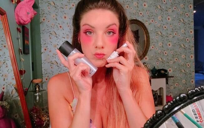 Prepare uma mistura com cola de cílios e fixador e passe em torno dos olhos ao fazer sua maquiagem para o carnaval