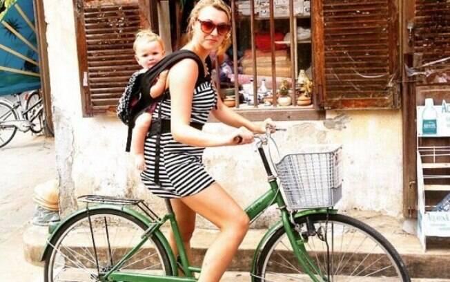 Mãe e filha passeiam de bicicleta no Vietnã