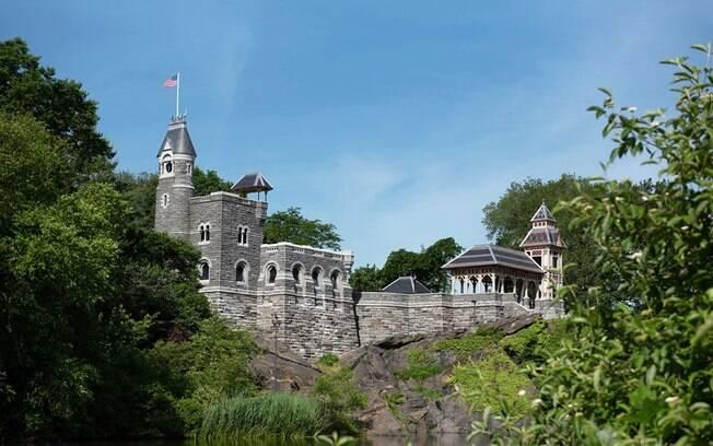 Belvedere Castle renovado, com sua torre de madeira original reconstruída à direita