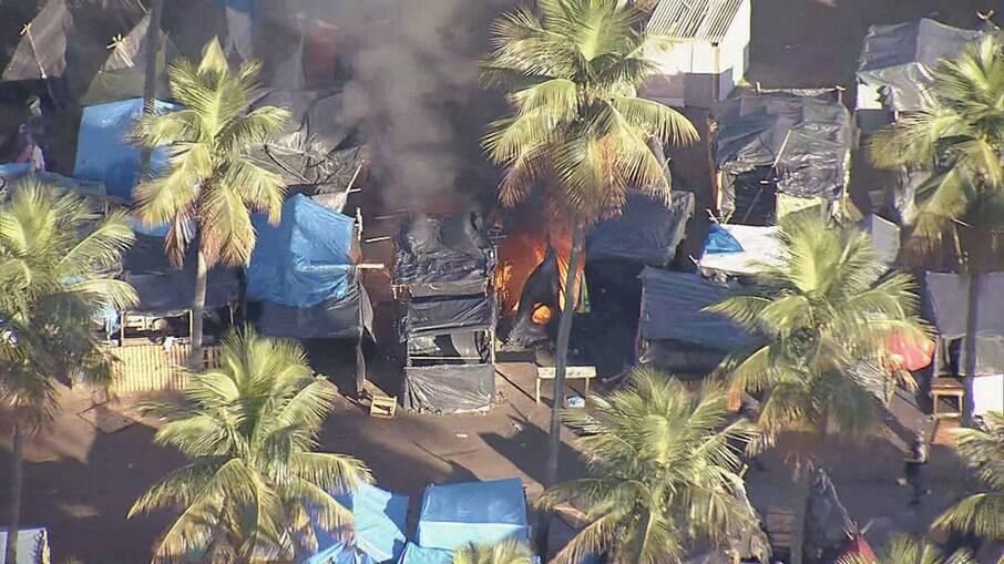 Incêndio em ocupação em terreno da Petrobras em Itaguaí