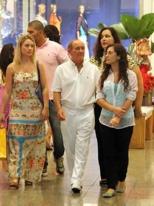 Renato Aragão circula em shopping center com a família