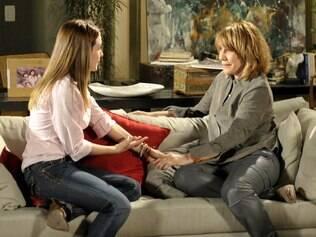 Danielle (Renata Sorrah), médica responsável pela fertilização, conversa com Beatriz (Monique Alfradique)