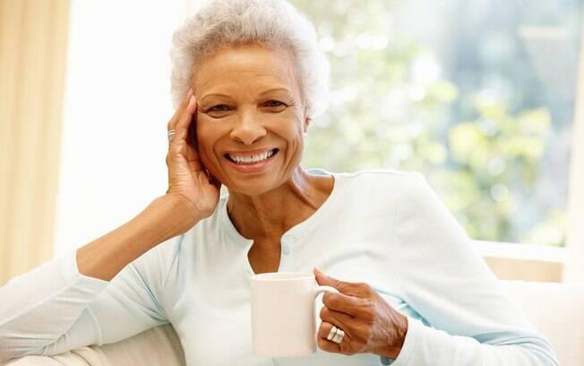 Aos 50 anos, os cuidados com a pele incluem ingredientes e ativos para hidratá-la e deixá-la protegida dos danos externos