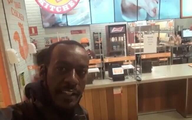 Racismo: motoboy denuncia Popeyes por negar venda de lanche