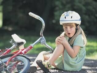 Pais não devem impedir que os filhos brinquem por medo que eles se machuquem. Correr riscos faz parte do crescimento