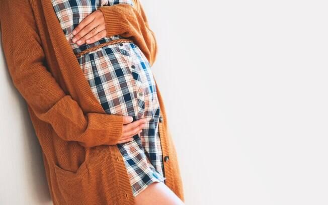 Um casaco como terceira peça ou um cinto logo abaixo dos seios são boas ideias para incrementar as roupas de grávida