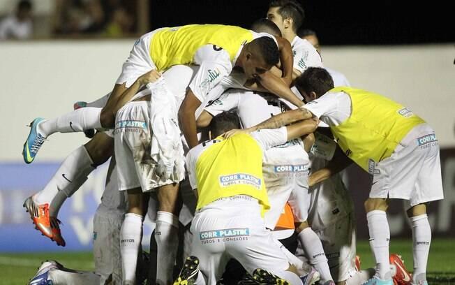 Jogadores do Santos fazem festa após vitória  nos pênaltis