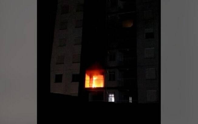 Apartamento pega fogo no Taquaral e assusta moradores durante a madrugada