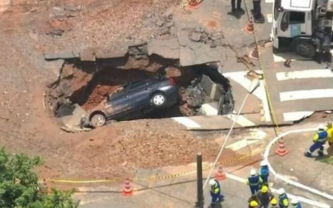 Um carro foi engolido por uma cratera em Sapopemba, zona leste de São Paulo.
