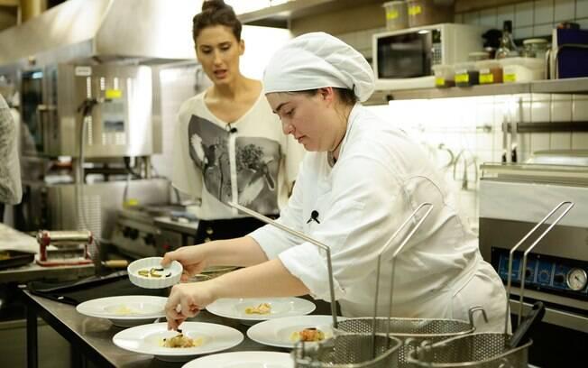 Izabel cozinha no restaurante da jurada Paola Carosella