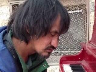 Morador de rua surpreende ao tocar piano com melodias delicadas