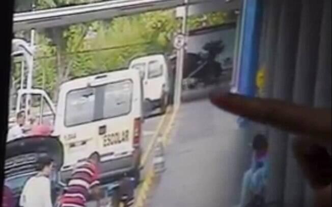 Vídeo mostra momento em que segurança do Carrefour vai atrás do cachorro com uma barra de ferro nas mãos