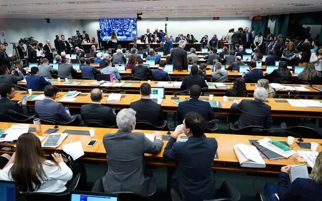 Deputados da oposição tentaram barrar votação, mas decisão foi pela continuidade da análise nesta quinta-feira