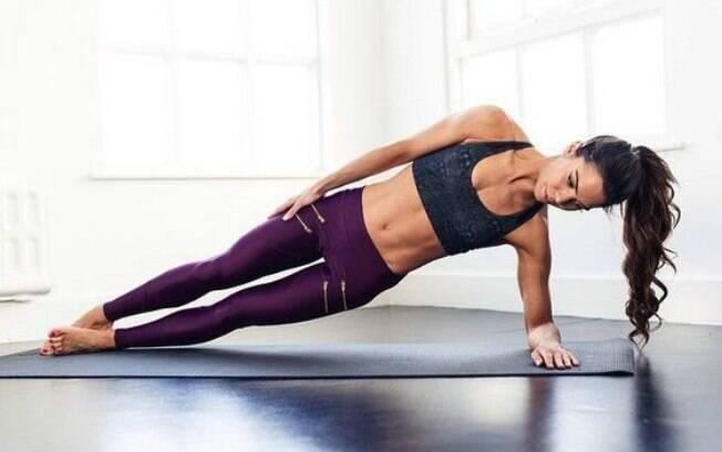 Na prancha lateral, o corpo fica apoiado nos pés e em um dos braços