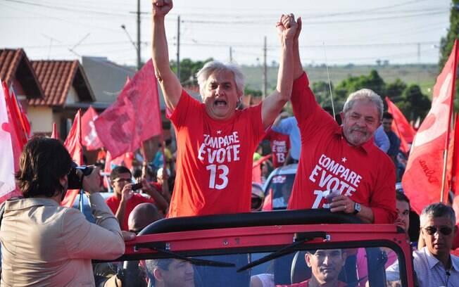 O senador Delcídio do Amaral faz campanha ao lado de Lula para reeleger Dilma, no ano passado