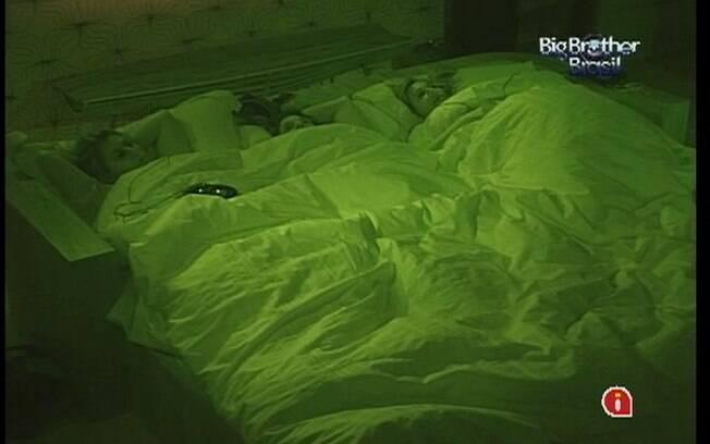 Mayara, João Maurício e Fabiana conversam embaixo do edredom no Quarto do Líder