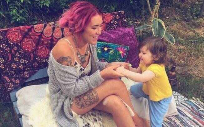 A blogueira britânica fez um desabafo nas redes sociais por não corresponder os estereótipos de maternidade