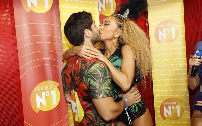 Antes de Sabrina Sato  e Duda Nagle se beijaram antes do desfile da apresentadora. E tem mais famosos.
