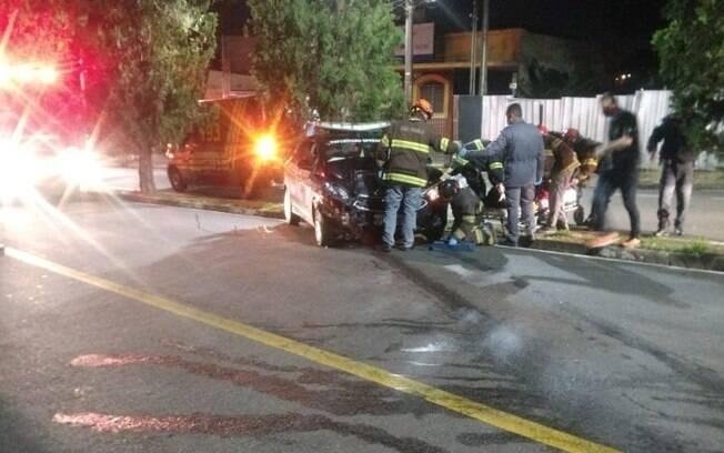 Motorista fica ferido após colidir carro contra poste em Valinhos