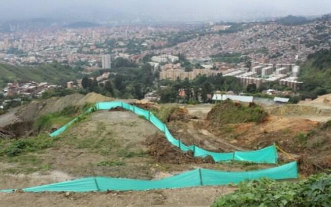 Técnicos da prefeitura de Medellin demarcaram áreas de la escombrera com base no depoimento de um antigo comandante paramilitar