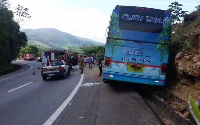 ônibus de viagem bateu na BR 040, no Rio de Janeiro. Duas pessoas morreram e dezenas ficaram feridas