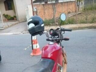 Motocicleta, com documentação vencida em 2006, foi apreendida