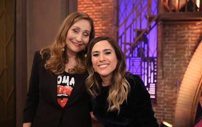 Sônia Abrão é entrevistada por Tatá Werneck, despeja fofocas e ainda dá selinho na apresentadora