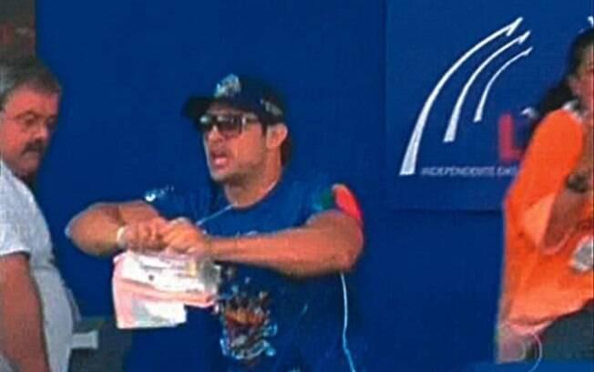 Tiago Ciro Tadeu Faria rasgando notas do carnaval de 2012
