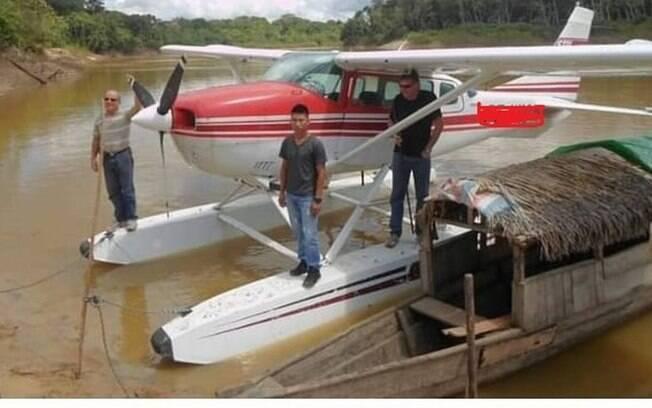 Hidroavião monomotor usado pelos missionários nos sobrevoos às aldeias no Vale do Javari.  Wilson Kannenberg e Andrew Tonkin atrás do indígena.