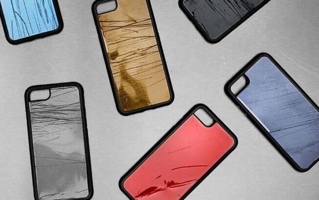 Note os machucados nos metais das capinhas de celular. A VW diz que serve para alertar dos perigos de usar o celular
