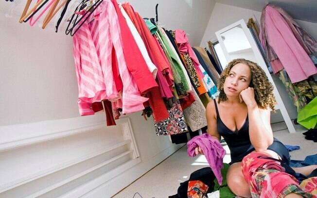 Manter o guarda-roupa organizado ajuda a ter em mente estilos, cortes e cores de roupas que você já tem