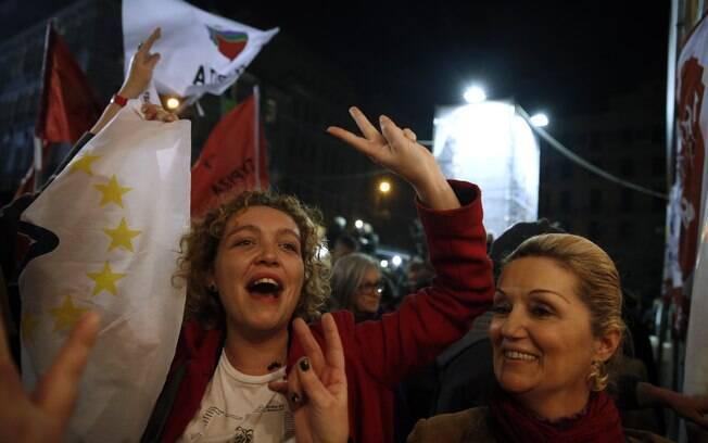 Eleitores da extrema esquerda grega comemoram a vitória de Alexis Tsipras