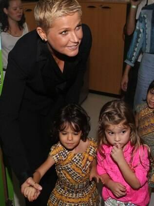 Xuxa inaugura bufê e comemora aniversário, pela segunda vez, com a presença de famosos