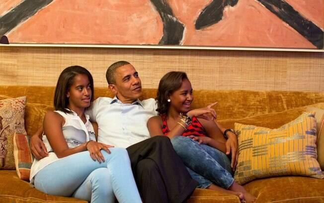 Barack Obama e suas duas filhas, Malia e Sasha, no sofá da sala de estar da Casa Branca