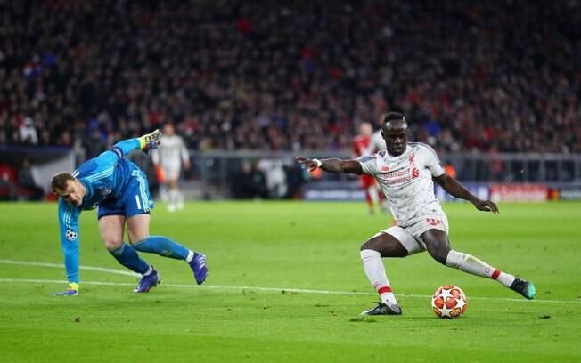 Mané dribla Neuer e bate por cima para fazer gol para o Liverpool diante do Bayern pelas oitavas da Liga dos Campeões