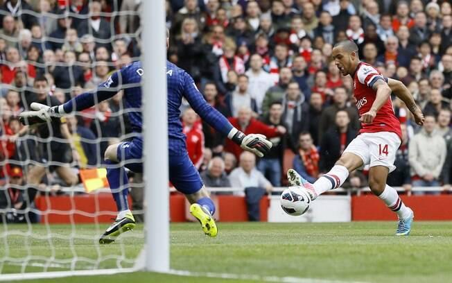 Walcott toca na saída de De Gea para abrir o  placar para o Arsenal