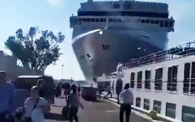 Navio de cruzeiro bateu em doca em Veneza na Itália; quatro pessoas ficaram feridas