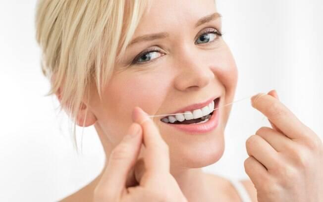 Para evitar o mau hálito, é preciso usar fio dental e fazer a escovação três vezes por dia com creme dental com flúor