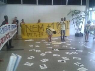Fotos dos parlamentares que apoiaram a volta do auxílio-moradia foram espalhadas pelo salão da ALMG