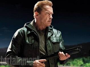 Schwarzenegger interpreta um velho T-800 responsável por cuidar de Sarah Connor (Emilia Clarke)