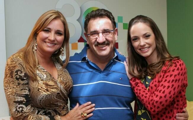 Gabriela Rivero e Rosane Mulholland posam com Ratinho na noite de terça (29)