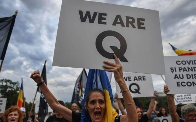 Os símbolos do QAnon estão presentes em várias partes do mundo, incluindo a América Latina