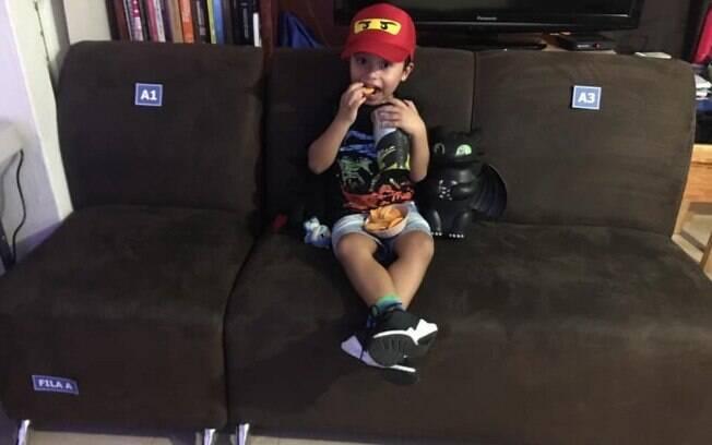 criança no sofá